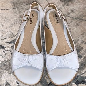 SOFTSPOTS white leather bow upper sandal 7W